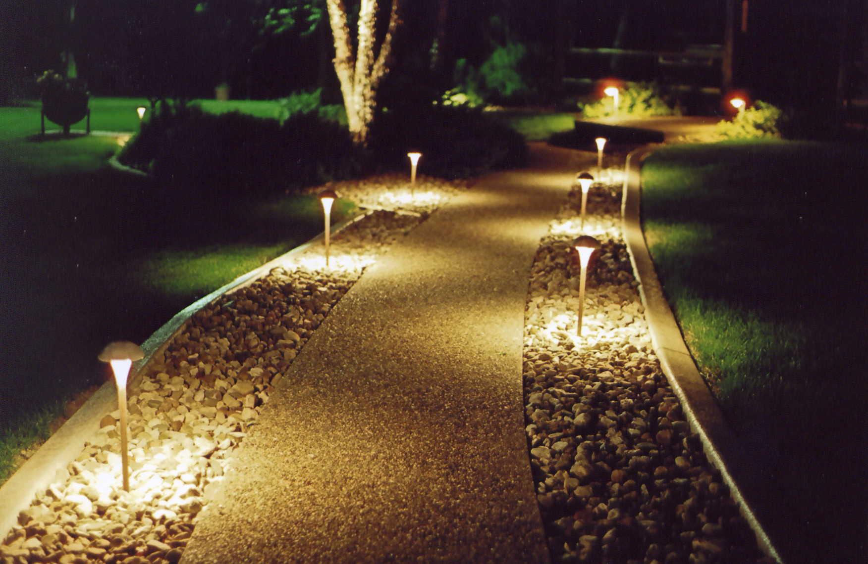 Освещение деревьев, кустов, дорожек и водоемов